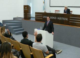 El Encargado de Negocios de la Embajada de los EEUU, Tom Cooney (adelante) y el Rector de la Universidad Austral, Fernando Fragueiro (atrás).